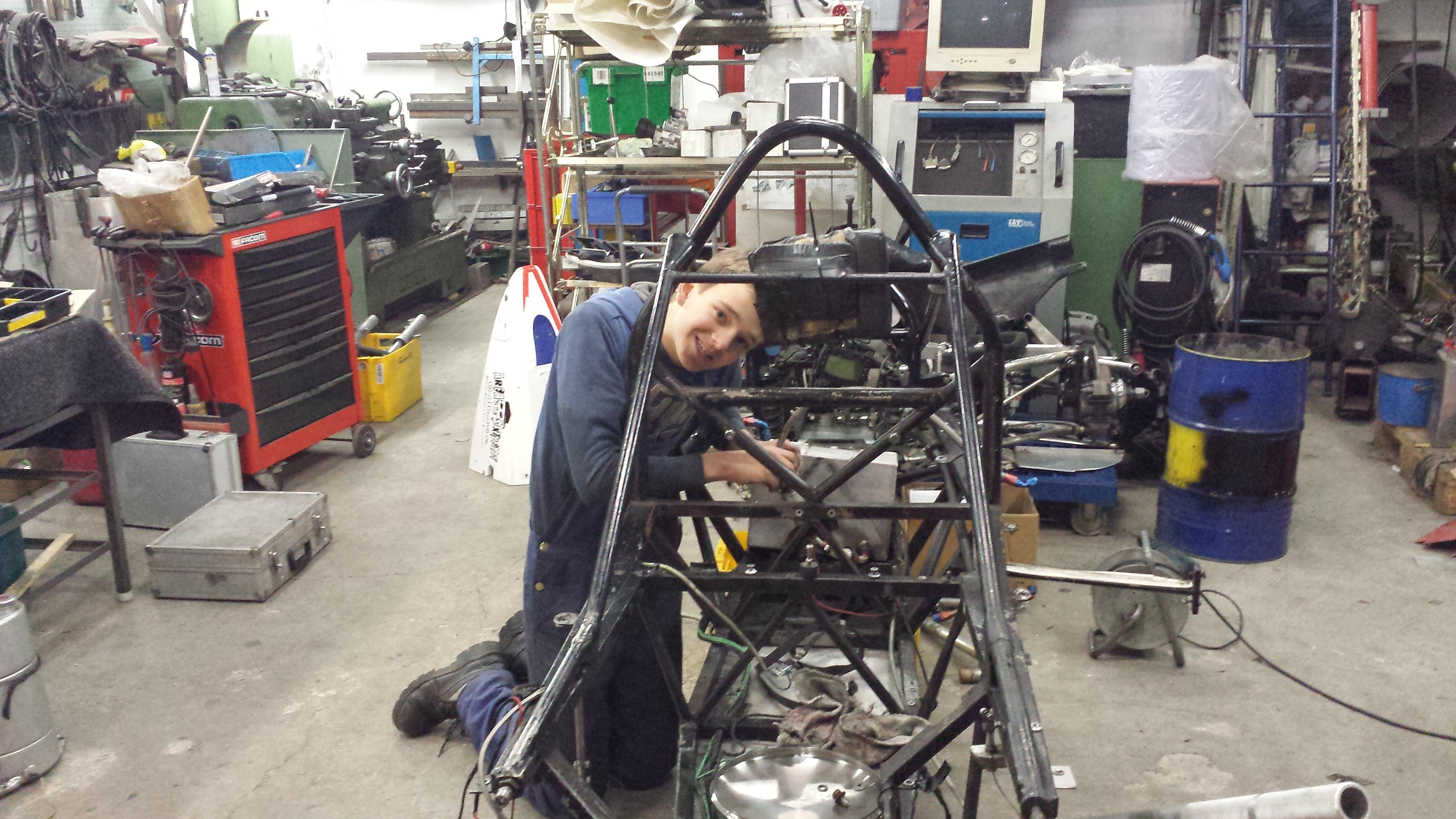 Philipp arbeitet an seinem Formel Toyota! © Uwe Bachor