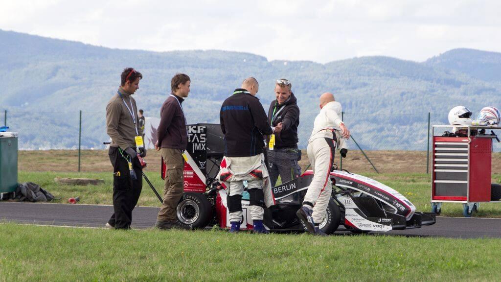 Das Team bereitet den Wagen für den Einsatz vor Studenten erschufen diesen Boliden! © MB Motorsport